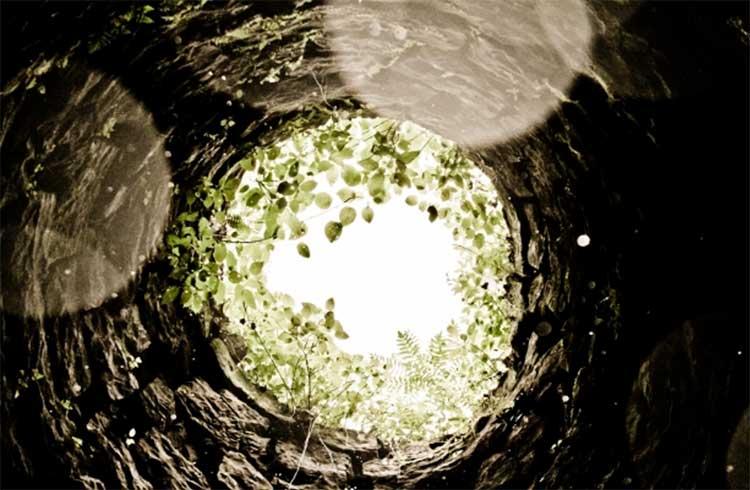 Наиболее распространенная конструкция современной колодезной шахты - колонна железобетонных колец.