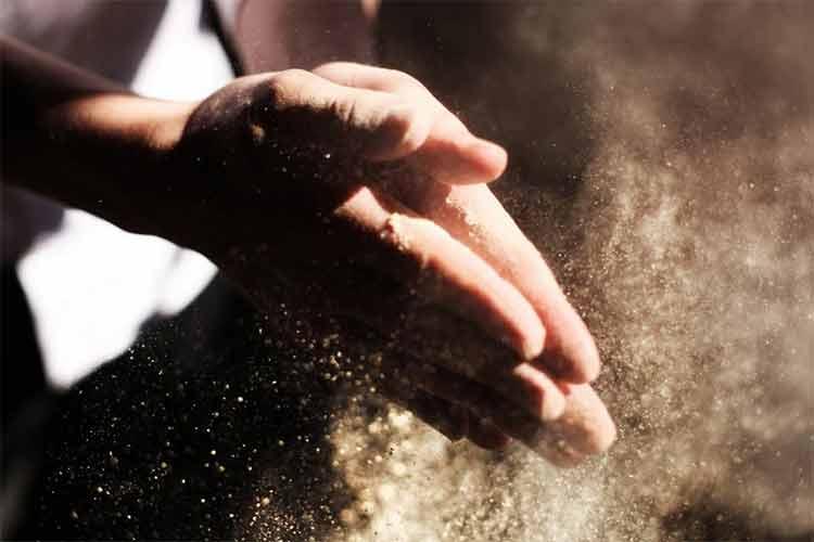 Глина используется в строительстве с давних времен. Она обладает уникальными свойствами, которые позволяют делать из этого материала даже посуду. А в южной части страны из глины, смешанной с соломой и навозом, производили особый кирпич, названный местными жителями саманом.