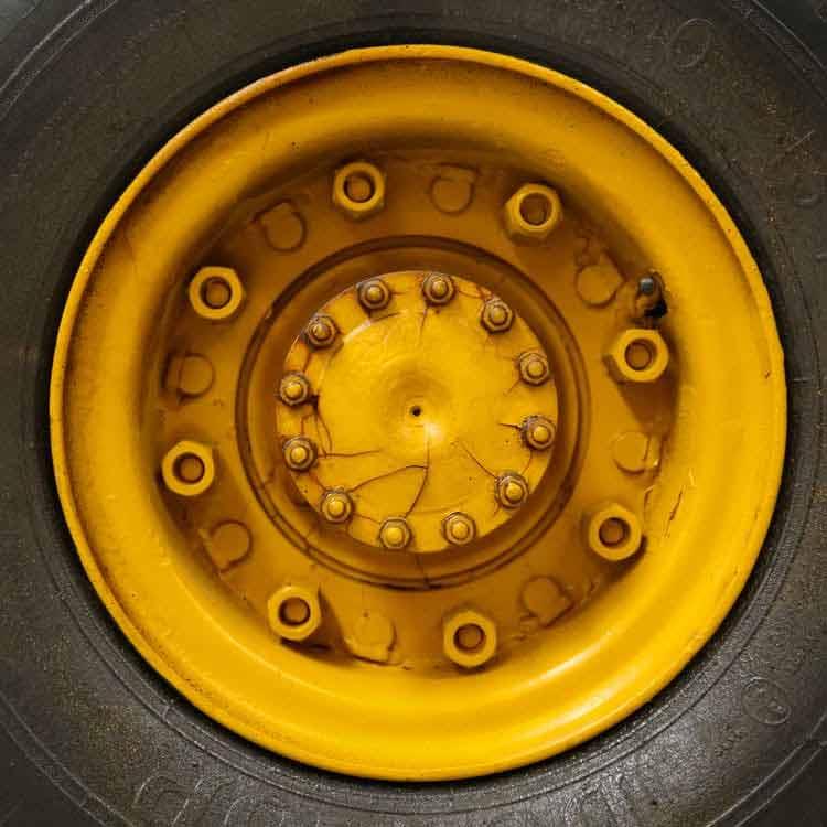 Неплохой ворот получится из диска автомобильного колеса. Он насаживается на подходящую металлическую трубу и приваривается. Эта конструкция вращается вокруг оси трубы. К ее концу нужно прикрепить ручку, она послужит для подъема воды.