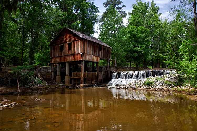 В системах с очистными сооружениями, где сточные воды очищаются и используются в дальнейшем в хозяйственных целях, часто применяется распределительный колодец.