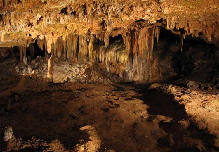 Вот такими бывают карстовые пещеры со сталактитами