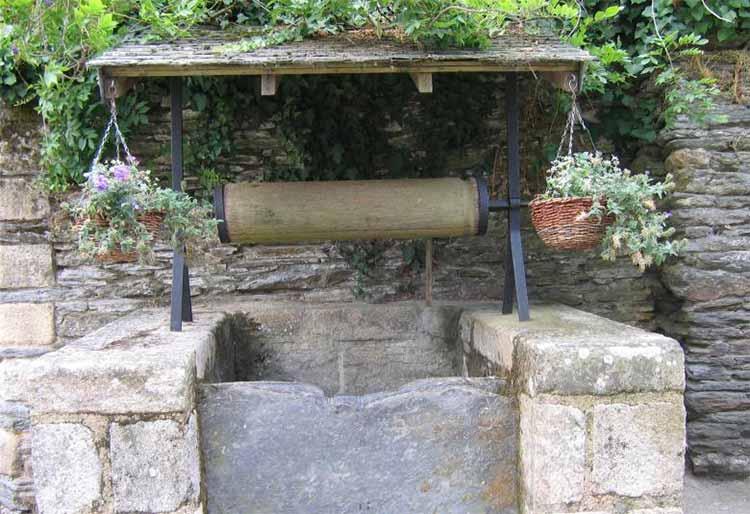 Как обустроить основание колодца. Нижняя часть декоративного колодца может быть нескольких типов: полноценная колодезная шахта, небольшое заглубление, герметичная емкость или просто фундамент для строения без подземной колодезной части.