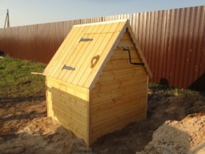. Колодезный домик служит надежной преградой летящим с деревьев листьям и веткам, в воду не упадут любопытные животные.